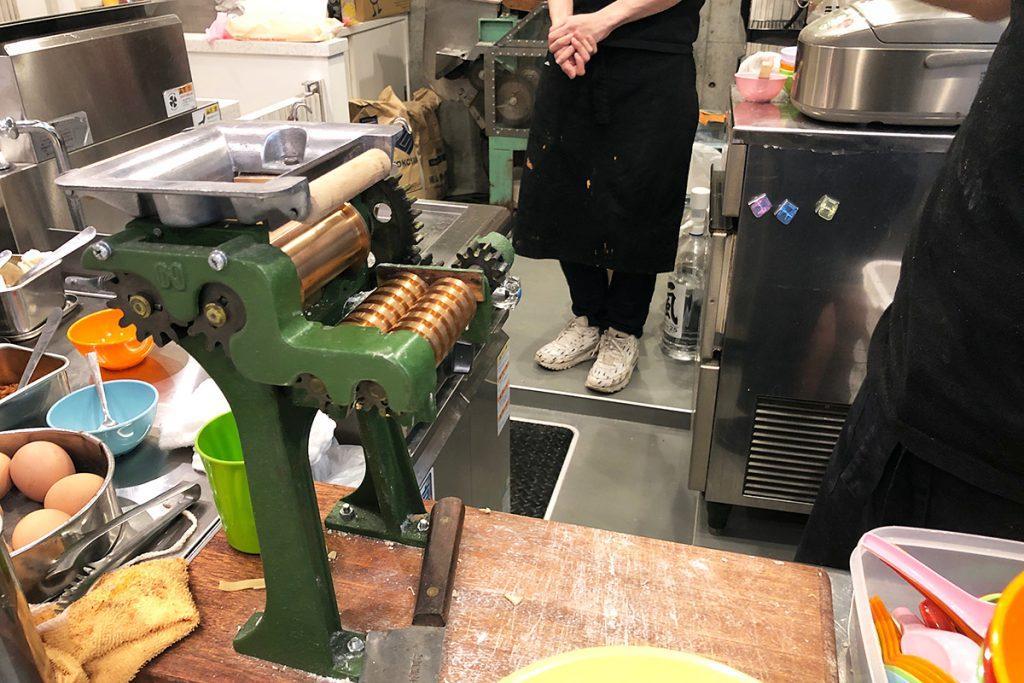 オーダーが入ると、この機械で麺を切ってくれます