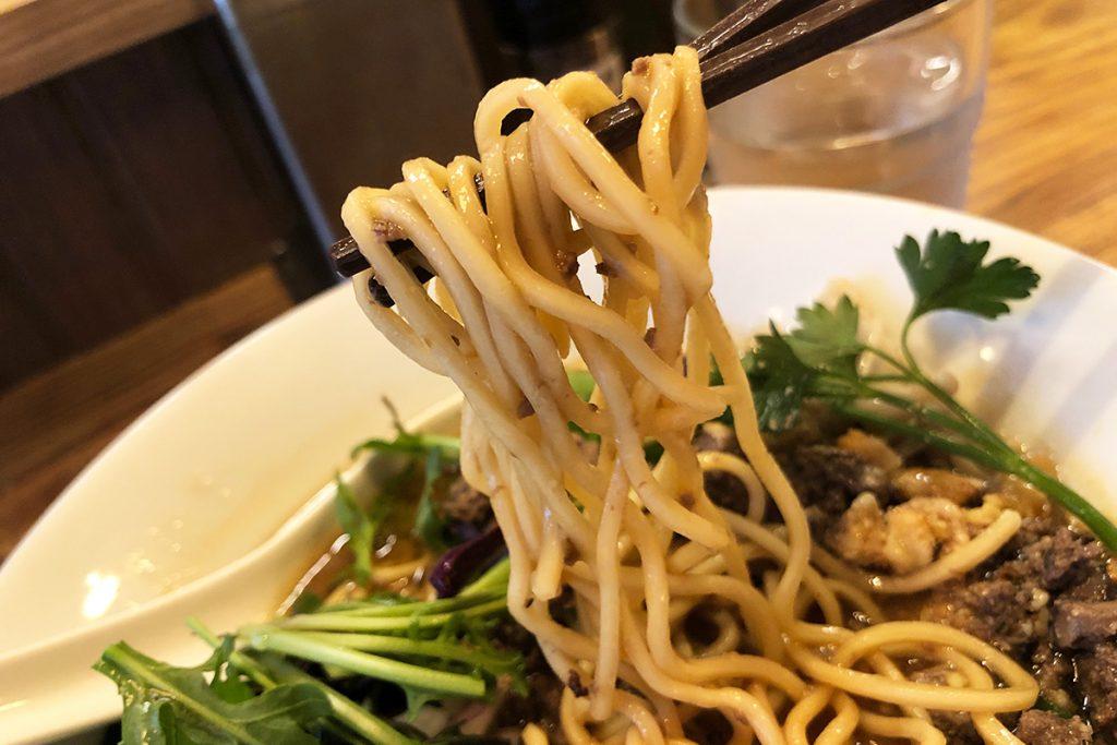 麺はストレートな中太麺、かな?