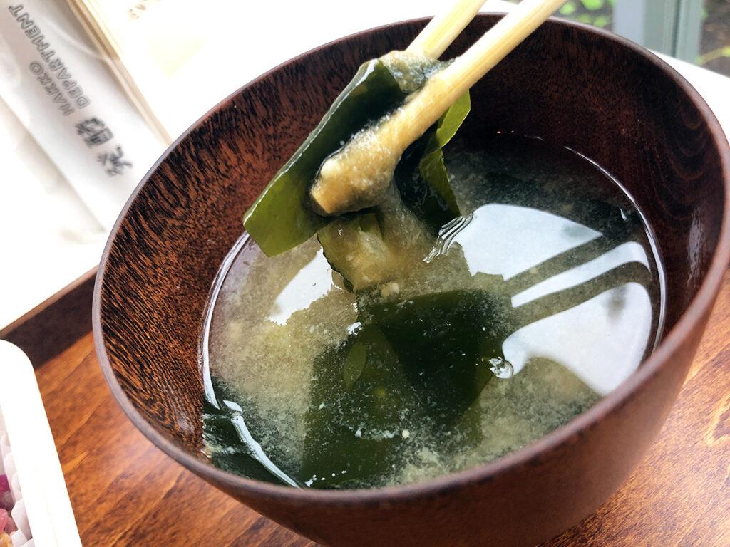 お味噌汁は香りが楽しめるように味噌玉の状態で提供、しっかりとかき混ぜてから頂きます