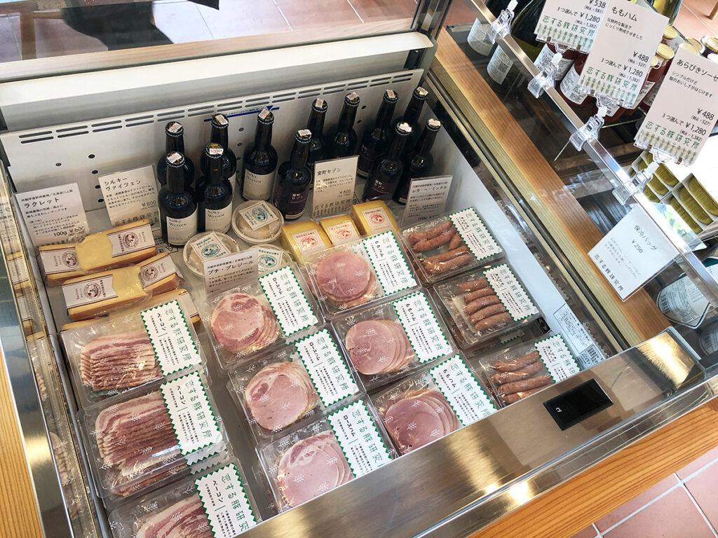 ソーセージやハム、ベーコン、恋する豚の商品も購入できます