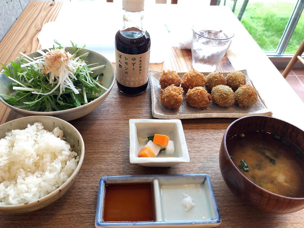 恋する豚研究所 コロッケカフェの「恋する豚のコロッケ定食」980円(税別)
