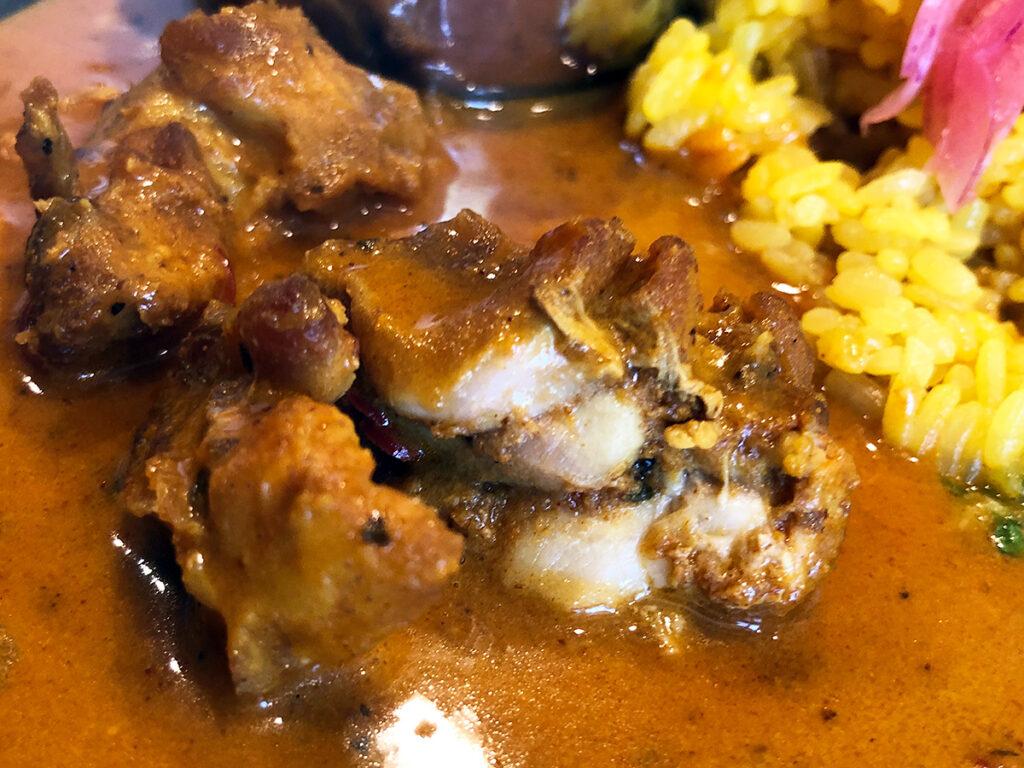 チキンだけでも十分美味しいですが、副菜と混ぜることでこのカレーの本当の美味しさを知ることができます