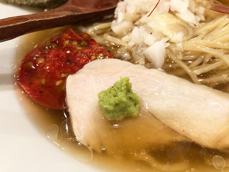 チャーシュー的な鶏胸肉はとっても柔らかく、そしてスープにも味が出ている自家製ドライトマトが、よりイタリアンな雰囲気を醸し出しています