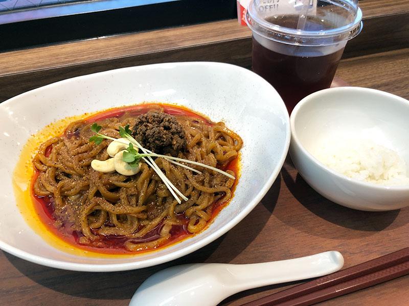 「汁なし旨辛濃い味担々麺」750円(税別)と「お茶碗ごはん 50g」50円(税別)、そして、サービスしてくれた「ストレートティ」