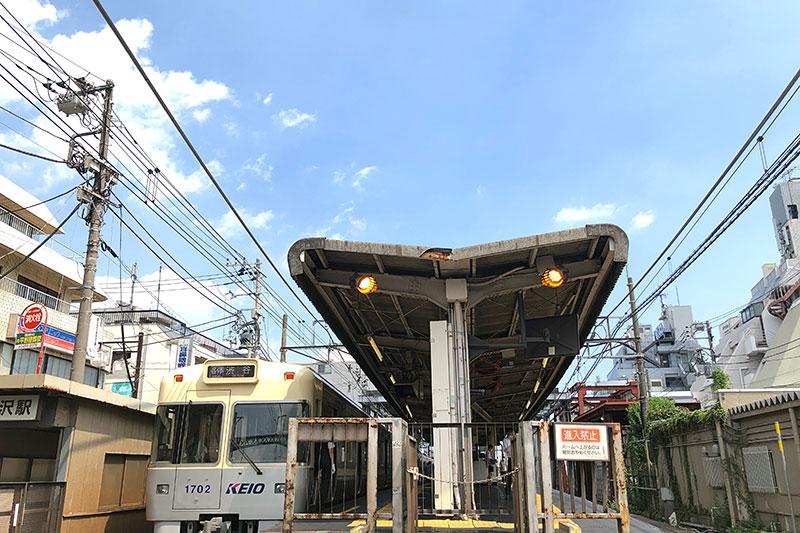 暑すぎて街にも人が少ないですが、駅も少なめですね