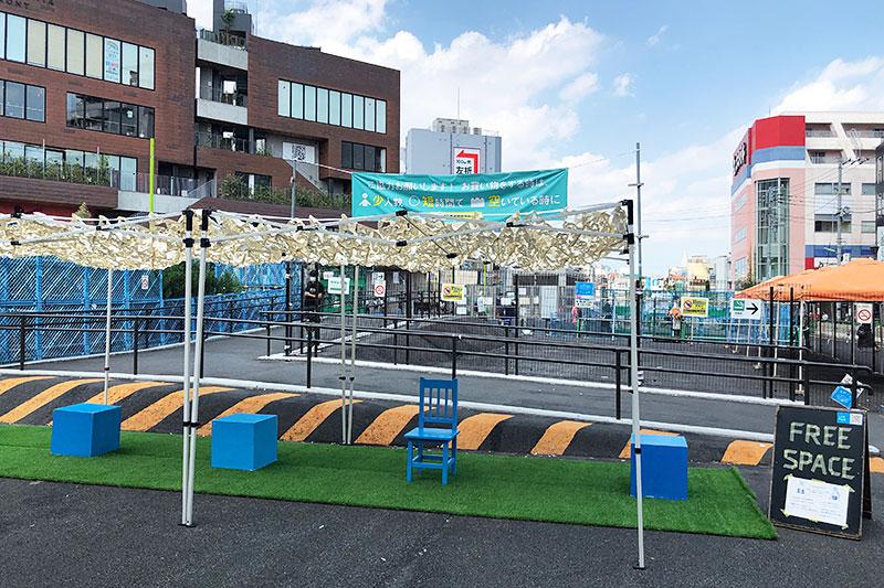 そんな駅前に青いオアシス「リンク・パーク」。日よけも設置されていて、本当にありがたい