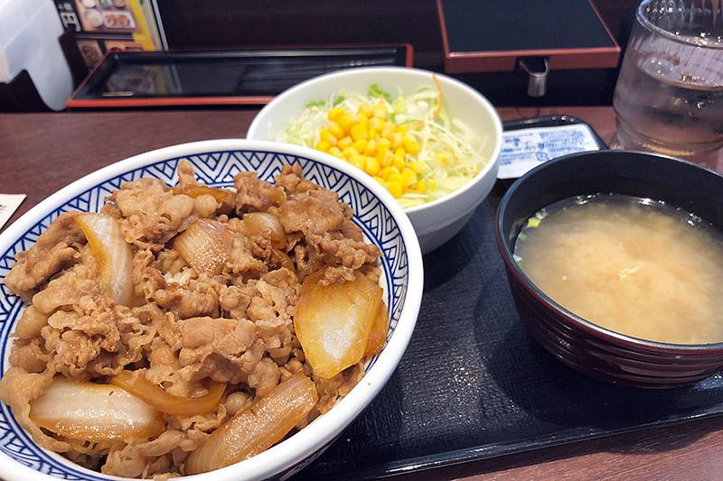 「牛丼あたまの大盛」452円(税別)、「サラダ・味噌汁セット」139円(税別)