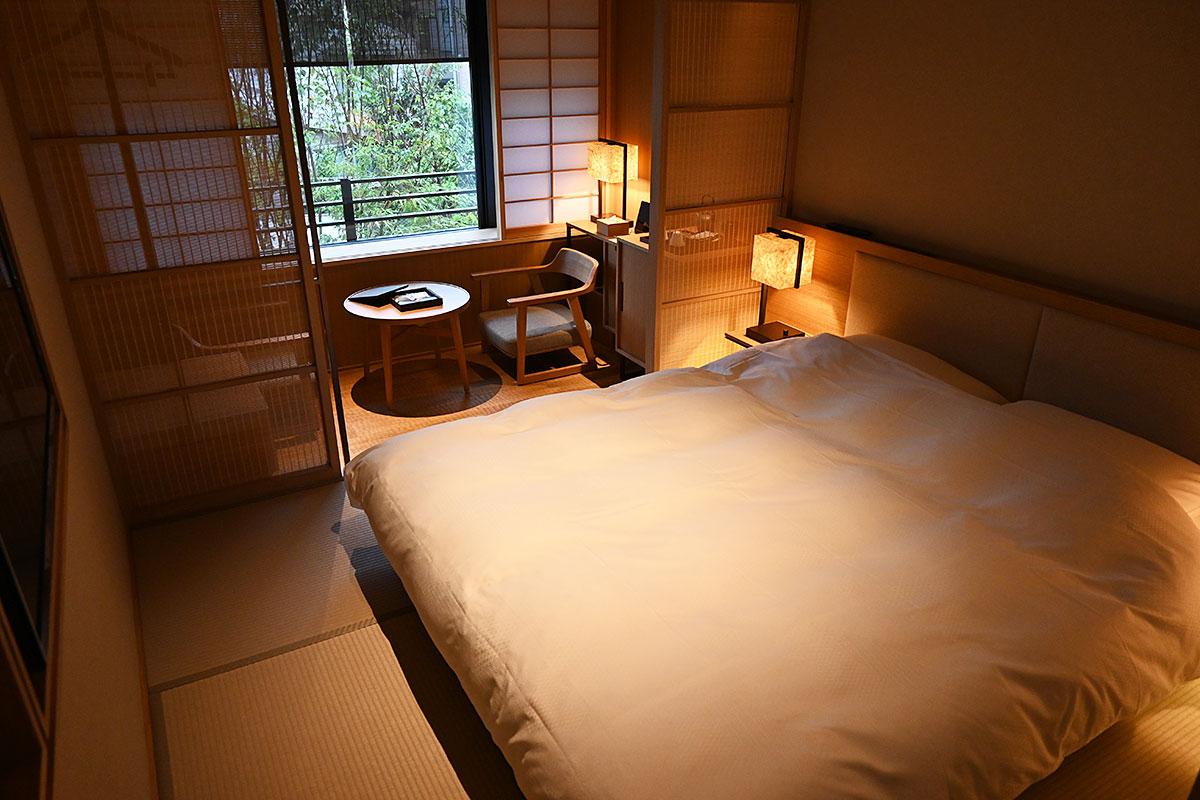クイーンサイズのベッドは大人ふたりでも広々