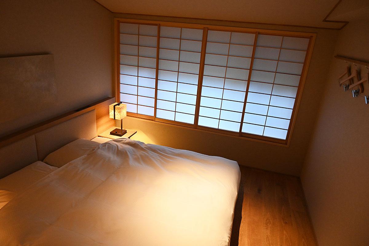 こちらのお部屋のベッドはキングサイズを上回る200cm幅、最高級の安らぎを感じてください