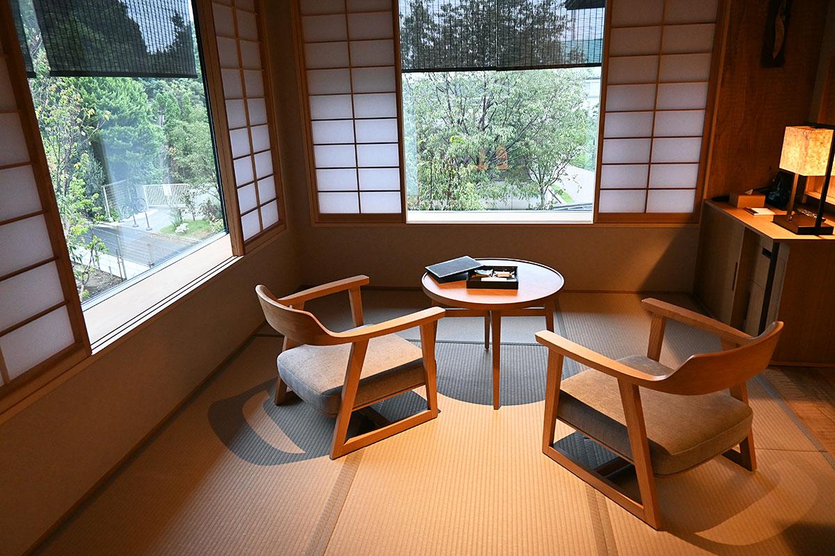 由縁別邸 代田に1室しかないプレミアムコーナーダブルルームは、2面に窓がある居間があり、緑を存分に感じることができます