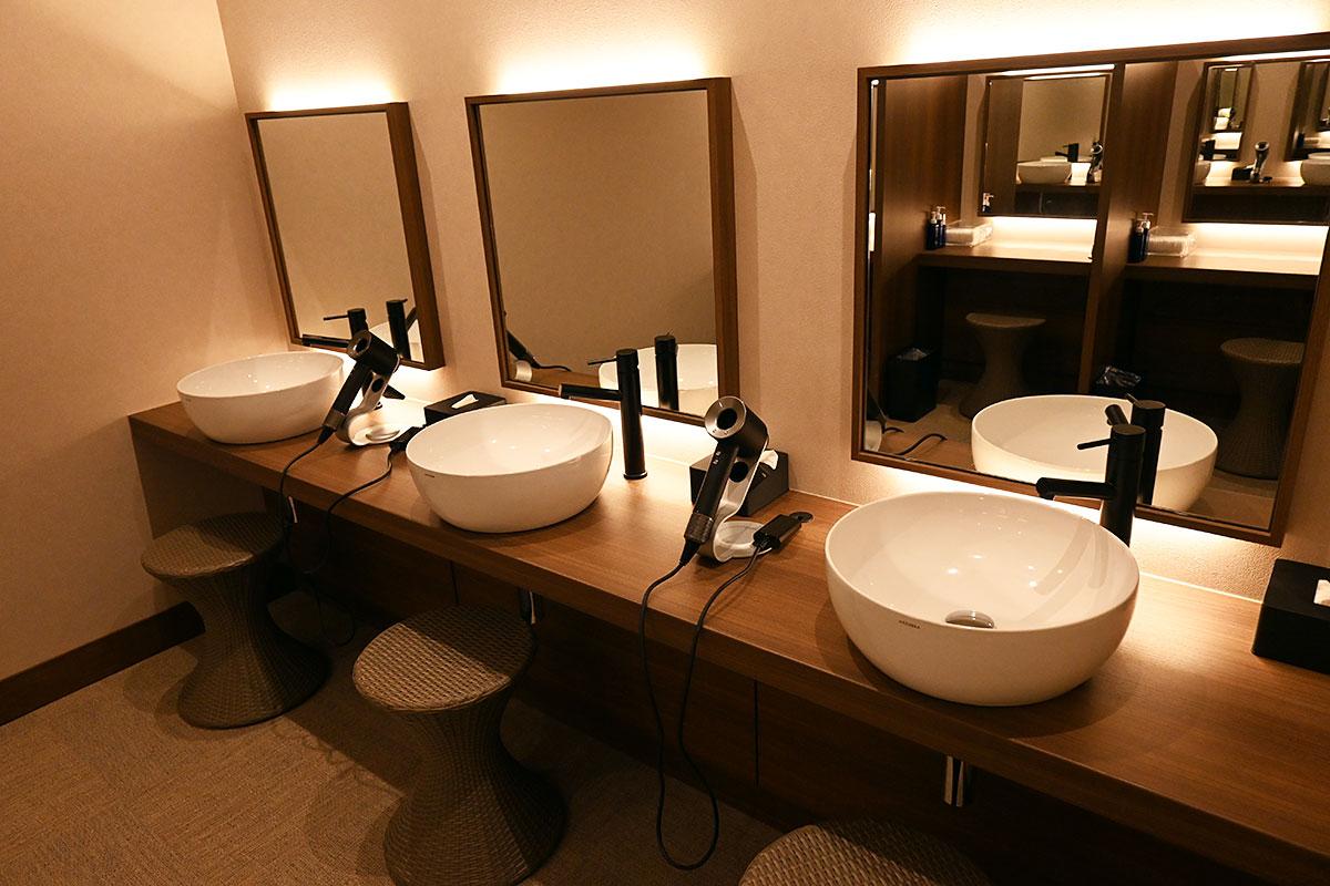 洗面台には大きな鏡と
