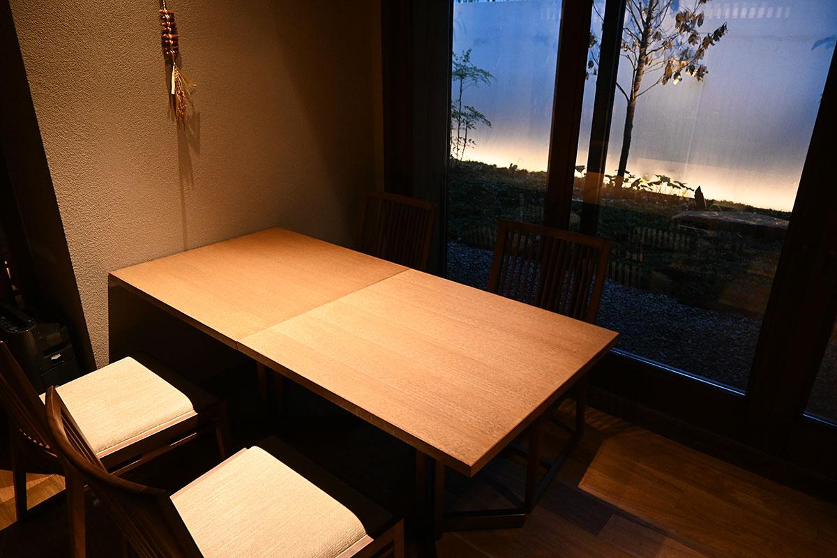 半個室スタイルのテーブル席