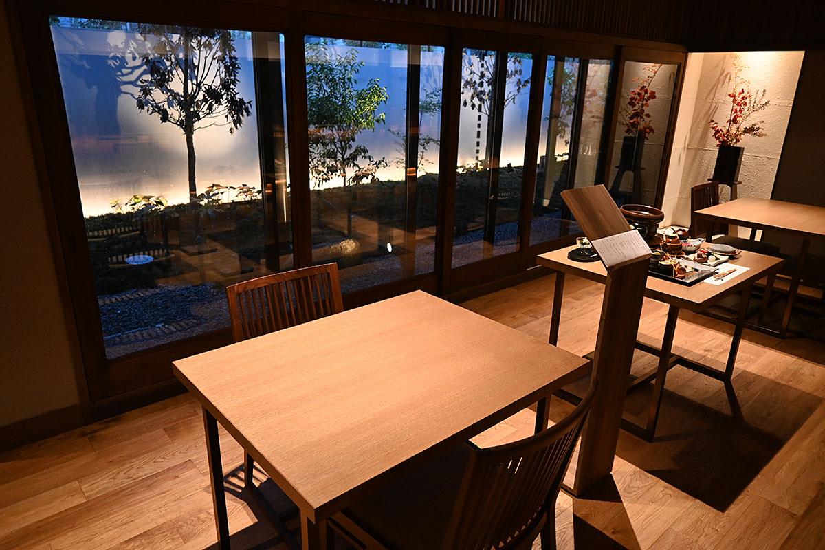 庭園を望むテーブル席