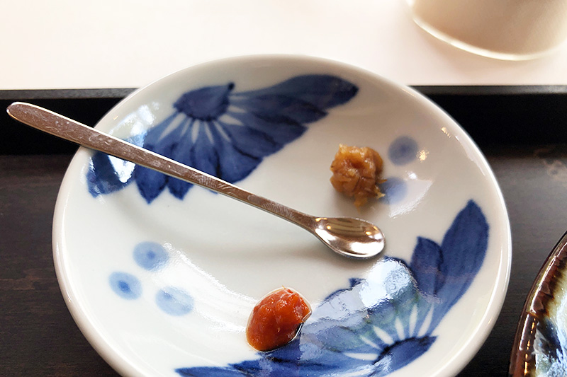 米麺に付いてくる、かんずりと金山寺味噌で味変