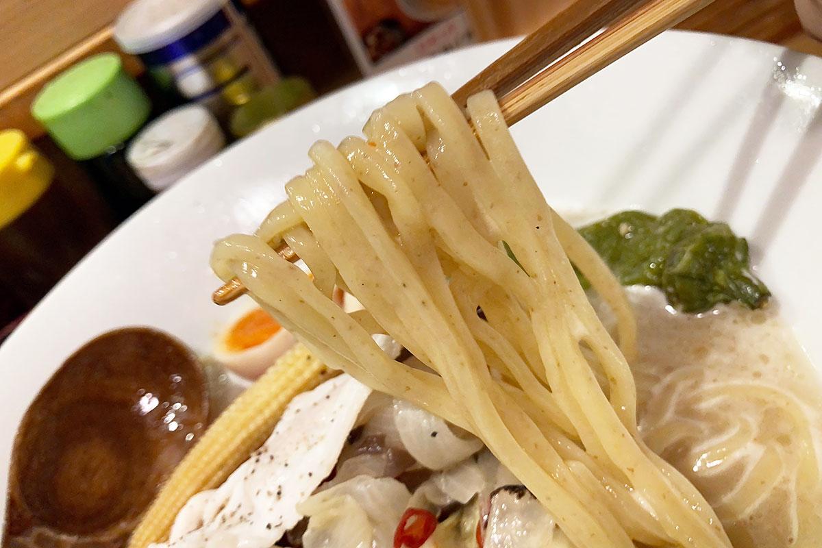 麺は太い平麺