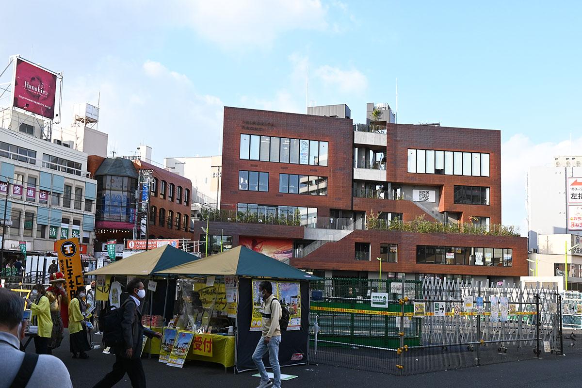 下北沢駅東口前、目の前にあるのが下北沢カレーフェスティバルの受付で、後ろにある茶色のビルがシモキタフロントです。駅前が整備されたらホントにすぐソバなんだけどなぁ