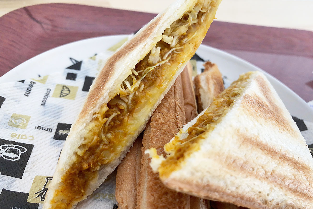 こんがりと焼き上げられた、カレーホットサンド(チーズ)
