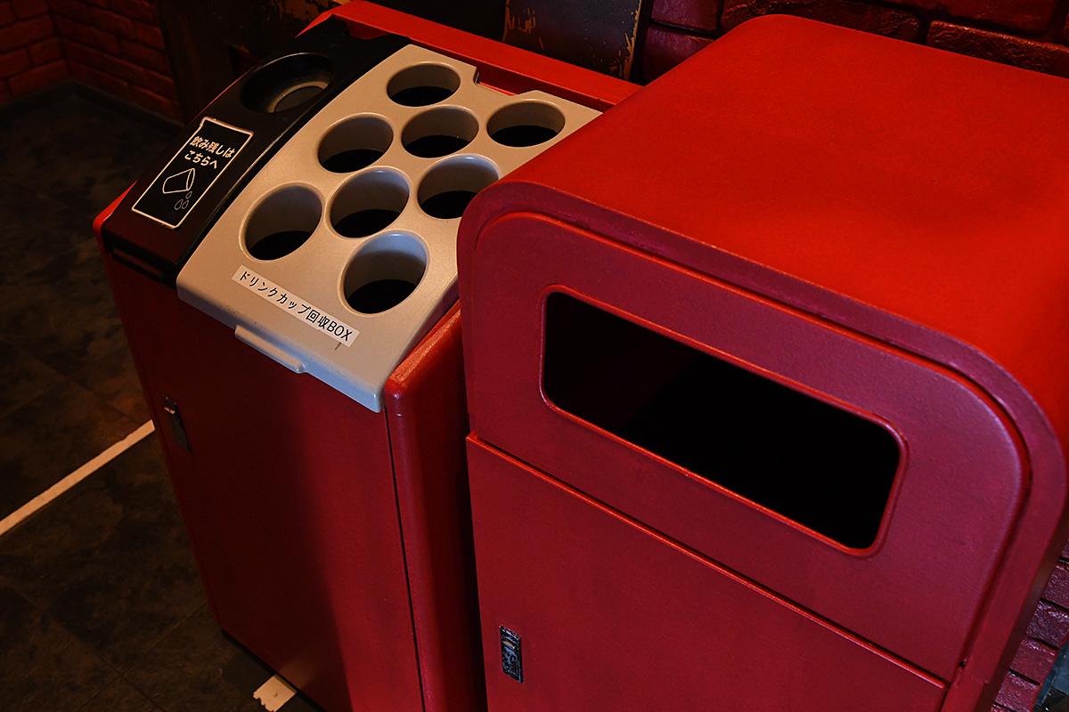 ゴミ箱やドリンクカップ回収BOXも真っ赤
