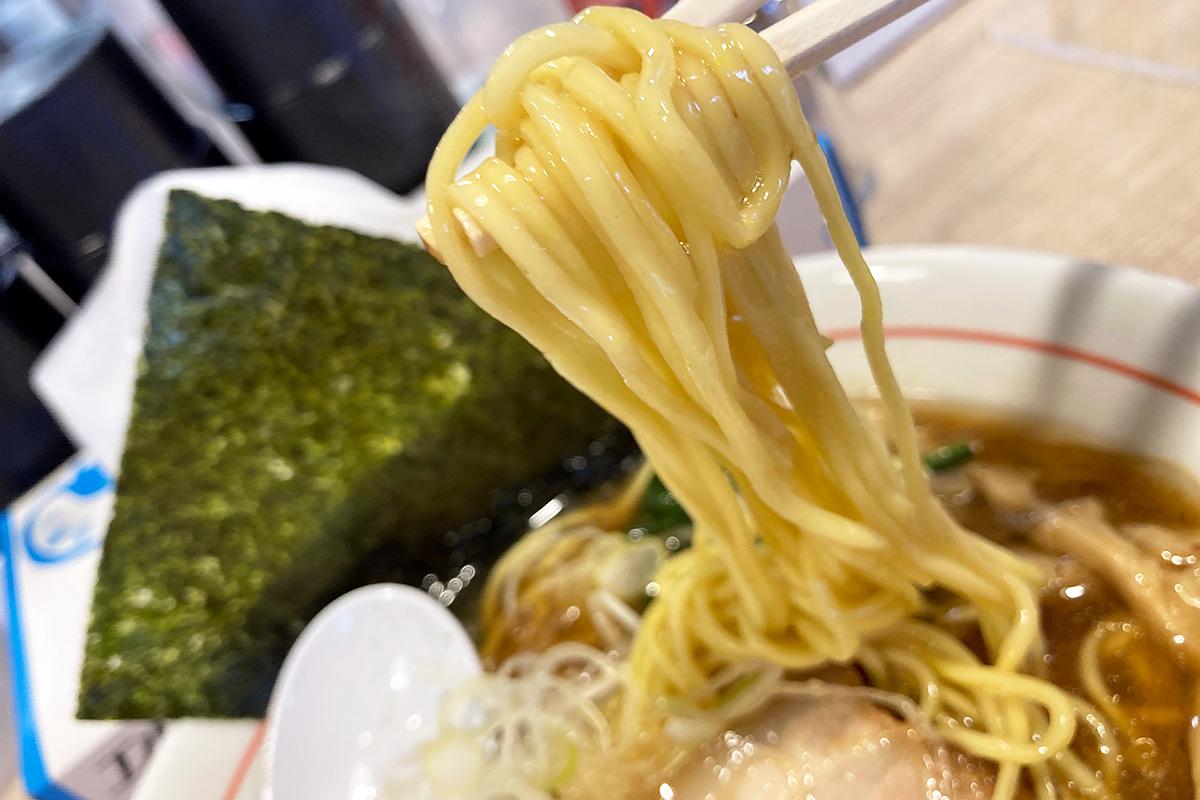 麺は中太で、スープの絡み具合が素晴らしい