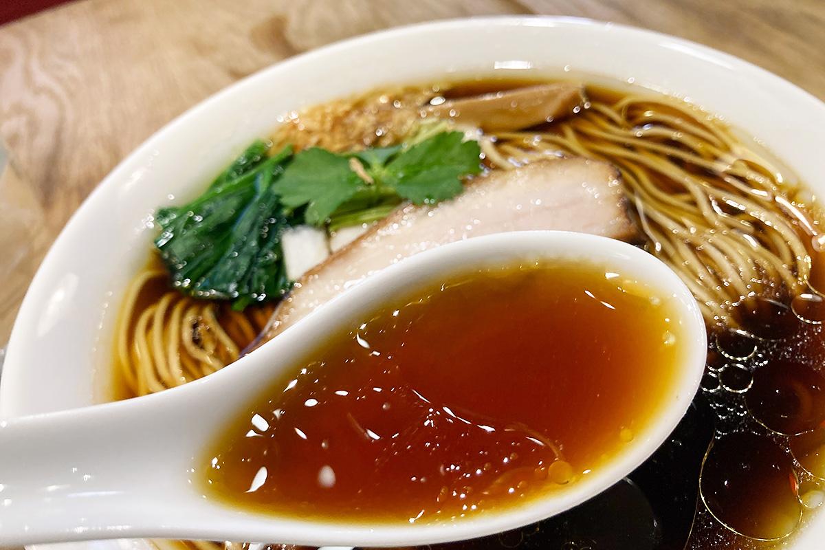 醤油スープに鶏油が生み出すアート