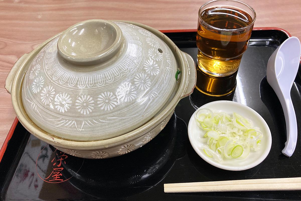 広栄屋の「なべ焼きうどん 上」1250円(税込)