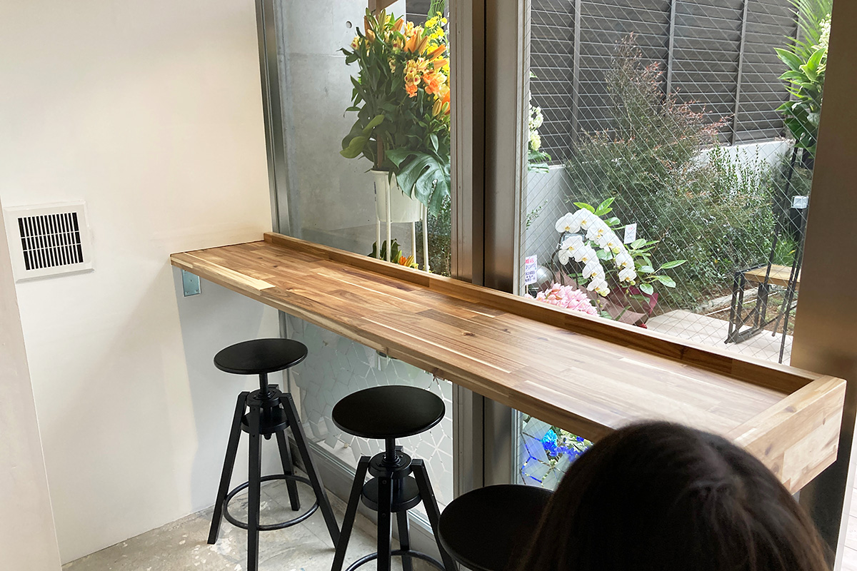 窓際のカウンター席