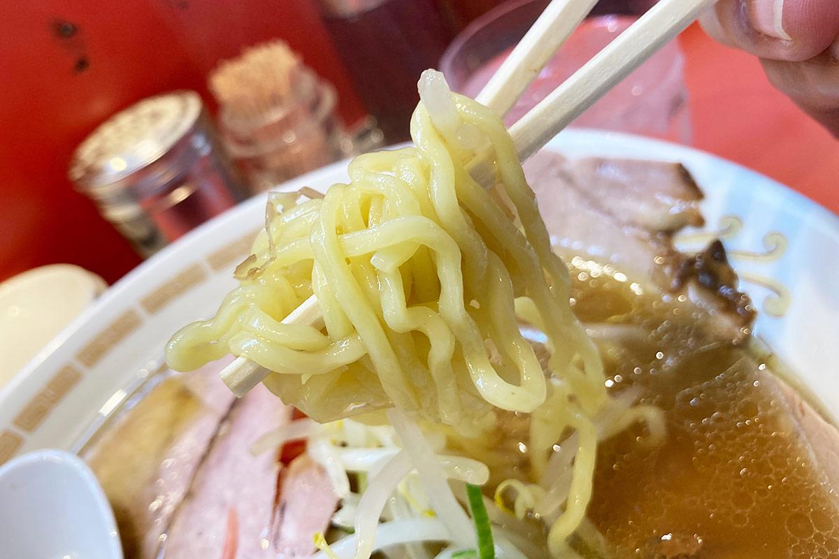 スープやチャーシューにも負けない、中太ちぢれ麺
