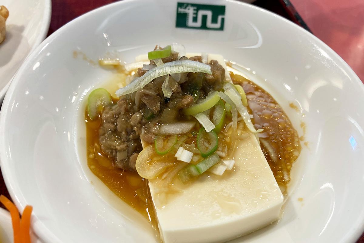 小皿に麻婆豆腐みたいなのが付いてきましたが、麻婆豆腐ではなくお豆腐に酸味のある挽肉アンがかけられたものでした、おいしい