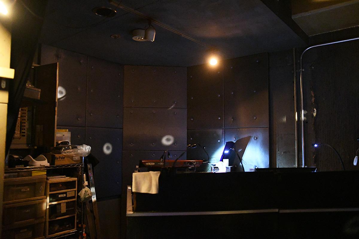 そしてもう一カ所、照明ブースの後ろを防音工事。その影響で照明ブースの位置が低くなり、PAブースは若干狭くなったとのことです
