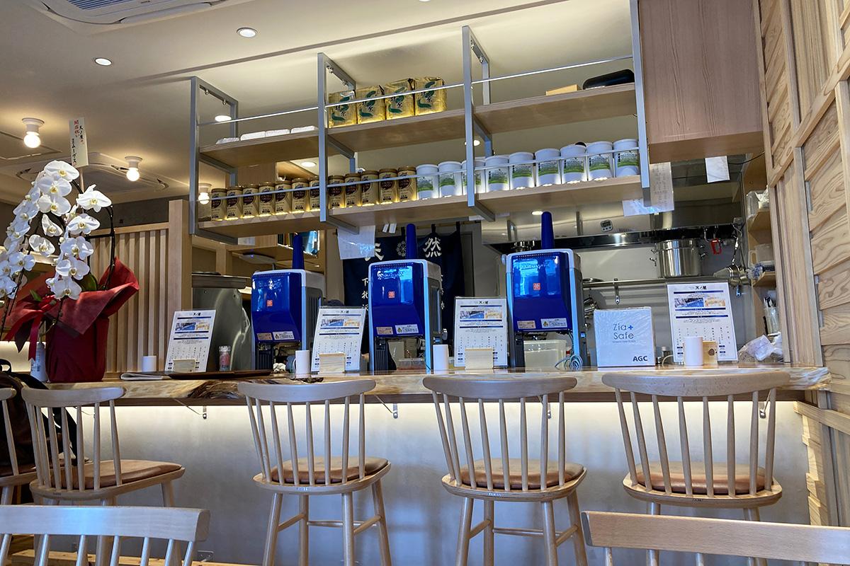 カウンター席の前には氷削り機がずらり。店内はテーブル席も含め40席。広々としたお店です
